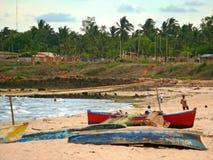 PEMBA, MOZAMBIQUE - 5 DESEMBER 2008: Barcos que mienten en la playa. Imagen de archivo