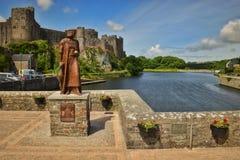 Pembroke Castle avec la statue de Henry VII photo stock