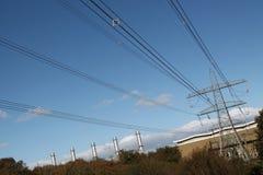 Pembroke-Kraftwerk und Stromleitungen Stockbilder