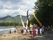 Индусская религиозная церемония на пляже Pemeteran, Бали, Индонезии Стоковые Фотографии RF