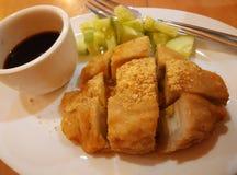 Pempek är en savoury fishcakeläckerhet från Palembang Indonesien Royaltyfri Bild