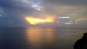 Pemuteran, Luchtmening van hommel, Steenachtige zeekust en bergen op een zonsondergang indonesië bali stock video