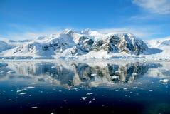 Península antártica com mar calmo Imagens de Stock Royalty Free