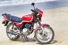Península de Hainan Shenzhou, China - 13 de febrero de 2017: Motocicleta usada Suzuki modelo rojo GS125 Imagenes de archivo
