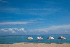 Península de Hengchun, la isla de Taiwán más situada más al sur, parque nacional de Kenting --- Parasoles de playa blancos del as Fotos de archivo libres de regalías