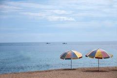 Península de Hengchun, la isla de Taiwán más situada más al sur, parque nacional de Kenting --- Parasoles de playa blancos del as Imagen de archivo