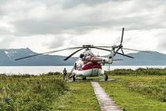 Península de Kamchatka, Rússia - 23 de agosto de 2017: Heliporto na reserva natural na península de Kamchatka fotos de stock royalty free