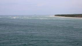 Península de la playa en bahía en abundancia almacen de metraje de vídeo