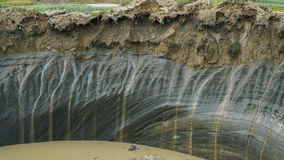 PENÍNSULA DE YAMAL, RUSIA - 18 DE JUNIO DE 2015: Expedición al embudo gigante del origen desconocido La pared del cráter del Fotos de archivo