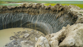 PENÍNSULA DE YAMAL, RUSIA - 18 DE JUNIO DE 2015: Expedición al embudo gigante del origen desconocido Opinión del cráter Fotos de archivo libres de regalías