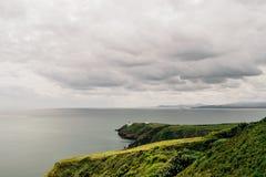Península en un día nublado cambiante, Irlanda de Howth Foto de archivo