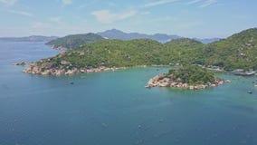 Península montañosa verde con la isla entre el océano azul