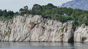 Península San Pedro, la entrada a Makarska almacen de metraje de vídeo