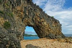 Península vista a través un arco de la roca fotos de archivo