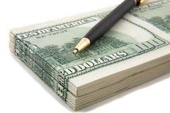 Pen bovenop een stapel van contant geld royalty-vrije stock afbeelding