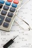 Pen, calculator en glazen royalty-vrije stock afbeeldingen