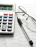 Pen, calculator en glazen stock foto