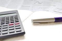 Pen, calculator en handelspapier Stock Afbeelding