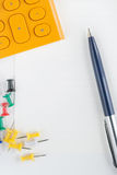 Pen, calculator en punaise op het document Royalty-vrije Stock Afbeeldingen