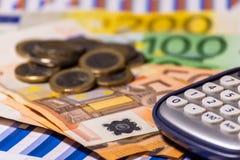 Pen, calculator, geld, grafiek voor financiën en bedrijfsconcept royalty-vrije stock afbeeldingen