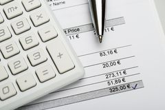 Pen With Calculator And Invoice lizenzfreie stockfotografie