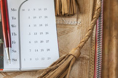 Pen And Calendar On Leather-Ordner Lizenzfreie Stockbilder