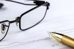 Pen, diagrammen en glazen Sluit omhoog Royalty-vrije Stock Afbeeldingen
