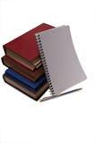 Pen dichtbij kop van boeken en notitieboekje Stock Afbeeldingen