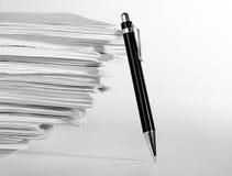 Pen dichtbij stapel van document Royalty-vrije Stock Foto's