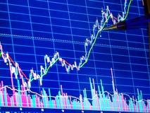 Pen die aan financiële grafiek richten Financiële gegevens voor technische analyse, close-up royalty-vrije stock afbeeldingen