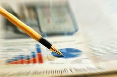Pen die diagram op financieel rapport/tijdschrift toont Stock Foto's