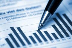 Pen die diagram op financieel rapport toont Stock Afbeelding