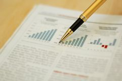 Pen die diagram op financieel rapport toont Stock Afbeeldingen