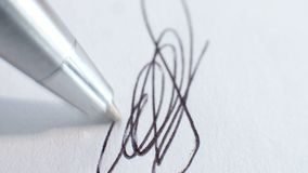 Pen die een document ondertekenen stock footage