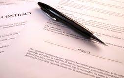 Pen die op contractdocumenten liggen royalty-vrije stock foto