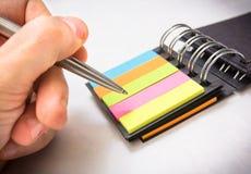 Pen die op een nota schrijven Stock Afbeeldingen