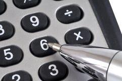 Pen die op een sleutel op een calculator duwt royalty-vrije stock afbeeldingen
