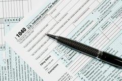 Pen die op IRS van 2017 vorm 1040 leggen Royalty-vrije Stock Foto
