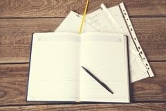 Pen en Blocnote op het houten bureau stock foto