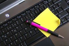 Pen en blocnote op toetsenbord stock foto
