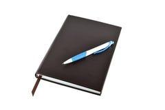 Pen en boek op witte achtergrond wordt geïsoleerd die Stock Afbeelding