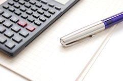 Pen en calculator Royalty-vrije Stock Afbeeldingen