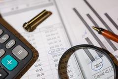 Pen en calculator op de lijst stock foto