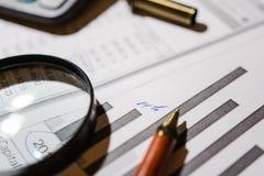 Pen en calculator op de lijst royalty-vrije stock foto