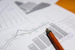 Pen en calculator op de lijst royalty-vrije stock afbeeldingen