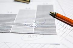 Pen en calculator op de lijst stock foto's
