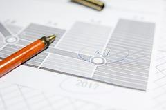 Pen en calculator op de lijst royalty-vrije stock fotografie