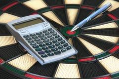 Pen en Calculator over de Raad van Pijltjes Stock Afbeeldingen