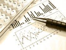 Pen en calculator tegen de grafiek (in sepia) Stock Foto's