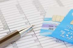 Pen en Creditcards op een Financiële Spreadsheet Stock Fotografie